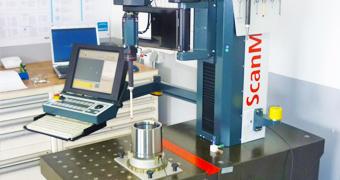 Präzise Messgeräte im Messraum der IB-U Sondermaschinen GmbH